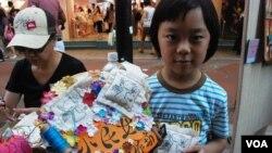 讓參觀者縫製「小民女包包」的勞作互動區,受到小朋友喜愛 (美國之音湯惠芸拍攝)