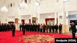 Presiden Joko Widodo di Istana Negara Jumat 14 Oktober 2016 melantik Ignasius Jonan sebagai Menteri ESDM dan Arcandra Tahar sebagai Wakil Menteri ESDM (Foto:VOA/Andylala)
