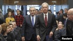 클렘 루마니아 주재 미국 대사(오른쪽)와 라자르 코마네스쿠 루마니아 외무장관이 18일 루마니아 부다페스트에서 열린 기념식에 참석했다.