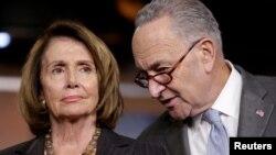 參議院少數黨領袖舒默(右)與眾議院少數黨領袖佩洛西資料照。