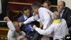 Para anggota parlemen yang mendukung presiden dan oposisi berbaku hantam di ruang sidang parlemen di Kiev, Ukraina (24/5).