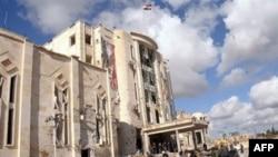Radoznalci ispred jedne od zgrada teško oštećenih u današnjim napadima automobilima-bombama u Alepu, na severu Sirije