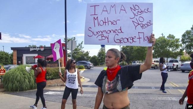 亚特兰大民众13日在一家温蒂汉堡(Wendy's)快餐厅外抗议黑人布鲁克斯被警方击毙。