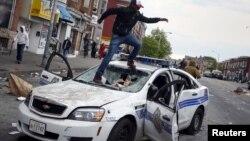 Nümayişçilər polis maşınına hücum edirlər. Baltimor, Merilend. 27 aprel, 2015.