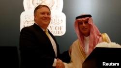 Le secrétaire d'Etat américain Mike Pompeo serre la main de son homologue saoudien Adel al-Jubeir lors d'une conférence de presse, à Riyad, en Arabie Saoudite, le 29 avril 2018.