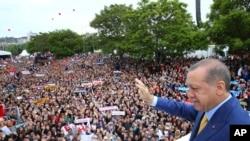 Erdogan di Kongireya Partiya AKPê de li Enqere 21î Gulanê 2017.