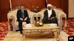 Egypt President Mohamed Morsi, left, and Sudanese President Omar al-Bashir in Khartoum, Sudan, April 5, 2013 (Egyptian gov. photo)