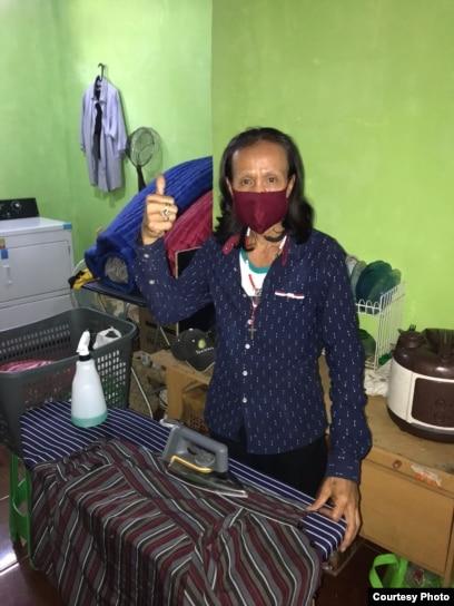 Seorang transpuan mencuci dan menyetrika pakaian di FKWI Laundry di Depok. (foto: courtesy)
