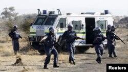Polisi Afrika Selatan saat melakukan penembakan atas para buruh tambang yang diduga bersenjata di lokasi pertambangan Rustenburg, sekitar 100 kilometer barat laut Johannesburg (foto: dok).