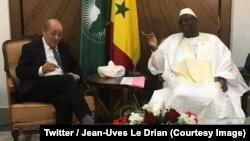 Le chef de la diplomatie française Jean-Yves Le Drian, à gauche, s'entretient avec le président Macky Sall du Sénégal, à Dakar, 6 novembre 2018. (Twitter/Jean-Uves Le Drian)