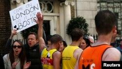 Các khán giả cầm tấm bản với nội dung ủng hộ Boston, trong cuộc đua Marathon ở London, 21/4/12