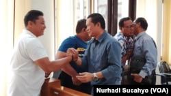 Ngadiyono (berkemeja biru), menerima ucapan selamat dari rekan-rekannya di PTUN Yogyakarta (foto: VOA/Nurhadi Sucahyo)