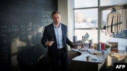 Глава Фонда борьбы с коррупцией Алексей Навальный в офисе организации