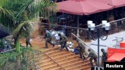 케냐 나이로비에서 발생한 쇼핑몰 테러사건이 4일째 지속되고 있는 가운데 24일 케냐 정부군이 테러가 발생한 웨스트게이트 몰에서 대기하고 있다.