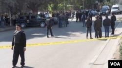 Las autoridades vigilan la zona las cercanías a la calle Haram, en Giza, donde ocurrió la explosión. La avenida principal que conduce a las pirámides de Giza fueron bloqueadas. (H. Elrasam/VOA)