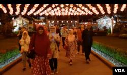 Ketua Majelis Agama Khonghucu (Makin) Bandung Fam Kiun Fat, mengenalkan agama Khonghucu dan menjawab pertanyaan dari para peserta dalam tur malam Imlek yang diselenggarakan kelompok akar rumput di Bandung. (VOA/Rio Tuasikal)