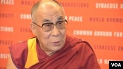 """達賴喇嘛在紐約州錫拉丘茲大學參加""""和平的共同土壤""""討論會。(2012年資料照片)"""