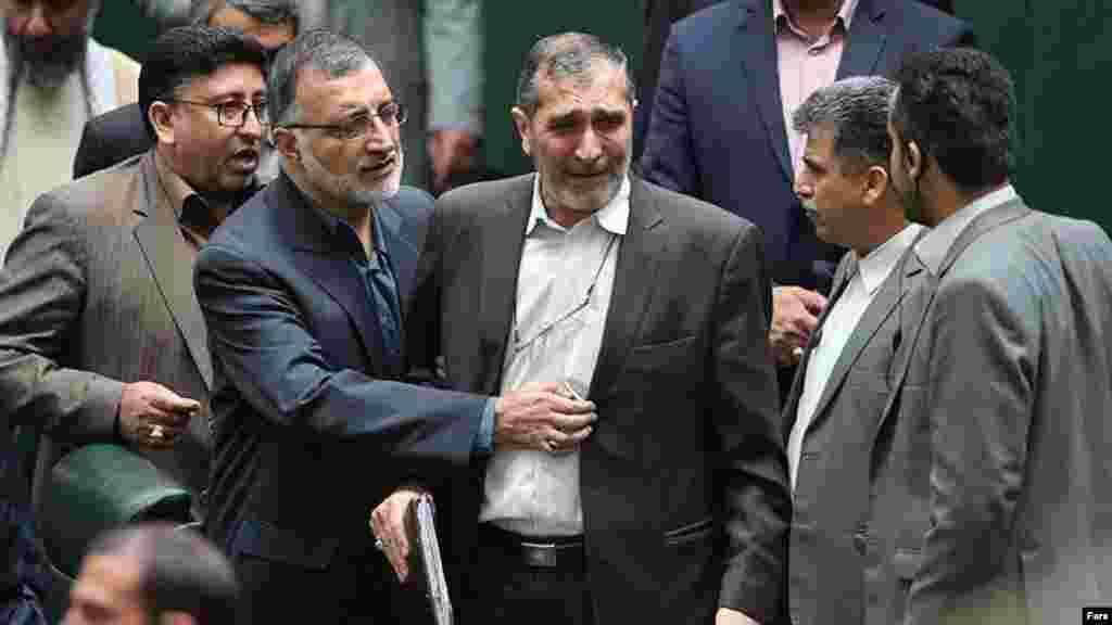 علی اصغر زارعی، نماینده مجلس شورای اسلامی و مخالف توافق اتمی پس از تصویب این توافق در مجلس ایران اشک میریزد.