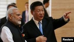 中国国家主席习近平和印度总理莫迪在湖北省博物馆参观(2018年4月27日)