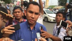 Prominent human rights worker Sam Ath speaking to reporters, Phnom Penh, Cambodia. (Hul Reaksmey/VOA Khmer)