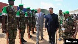 L'émissaire de l'ONU au Mali, Mahamat Saleh Annadif (droite), à Mogadiscio, Somalie, le 3 juin 2013.