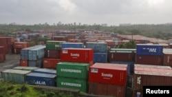 印度孟买尼赫鲁港集装箱码头外堆积的集装箱(资料照)