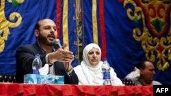 Ứng cử viên Amr Zaki (trái) của Ðảng Tự do và công lý của Tổ chức Huynh đệ Hồi giáo nói chuyện với người dân tại Cairo, ngày 26/11/2011
