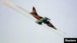 Un avión de la fuerza aérea siria dispara cohetes sobre el pueblo de Tel Rafat, 37 kilómetros al norte de Alepo, donde se libran importantes batallas.