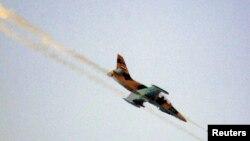 Sebuah pesawat tempur Suriah melakukan serangan roket di distrik Tel Rafat, sekitar Tel 37 kilometer sebelah utara kota Aleppo (foto: 9/8).