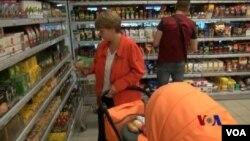 西方對俄羅斯食品制裁 引價格擔憂。圖為顧客葉蓮娜在莫斯科超市。