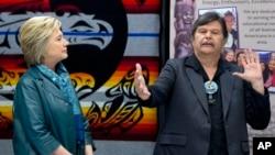 Clinton en reunión con los líderes tribales de la tribu Puyallup, el martes 22 de marzo de 2016. La tribu Puyallup ha sido uno de los grandes donantes a la campaña de Clinton en ese estado.