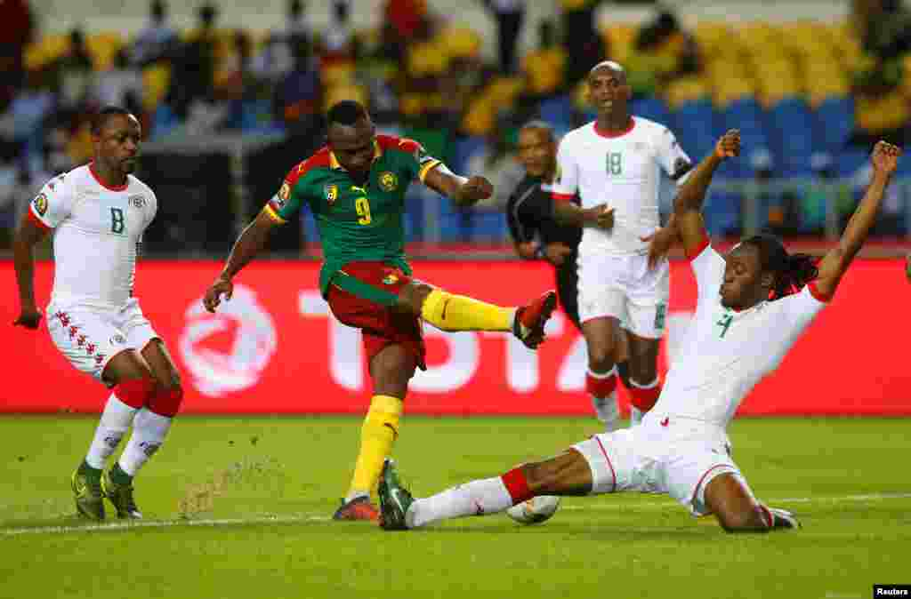 Cameroon's Jacques Zoua Daogari is tackled by Burkina Faso's Bakary Kone. REUTERS/Mike Hutchings - RTSVJST