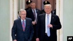 參議院多數黨領袖麥康奈爾陪同總統川普抵達國會山參加共和黨政策午餐。(2018年5月15日)