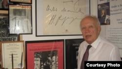 Сергей Хрущев в своем кабинете. 2010 год