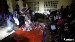 Les agents des centres de vote commencent à compter les voix à Monrovia, Liberia, le 10 octobre 2017.