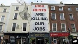 都柏林一座楼上挂着一幅抱怨租金过高的横幅