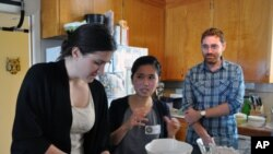Bà Linh Nguyễn chỉ dẫn học viên trường gia chánh Culture Kitchen những bài cơ bản về cách nấu nướng của người Việt Nam