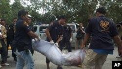 Thi thể của quân nổi dậy được đưa ra khỏi hiện trường vụ tấn công ở tỉnh Narathiwat, ngày 13/1/2013.