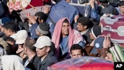 在利比亞與突尼斯邊界的埃及人等候離開