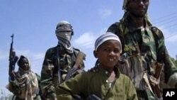 Mvulana akiongoza kundi la wanamgambo wa ki-Islam la al-Shabab wakati wa mazoezi ya kijeshi huko Mogadishu
