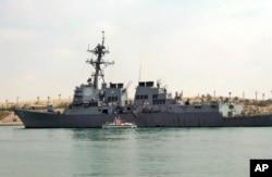 """Američki razarač """"Ju-es-es Mejson"""" uplovljava u Suecki kanal u Ismaili, u Egiptu, marta 2011. godine"""