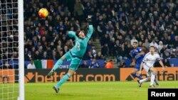Riyad Mahrez tire un but contre Chelsea, au King Power Stadium, Angleterre, le 14 décembre 2015.