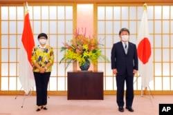 Menlu Jepang Toshimitsu Motegi (kanan) dan Menlu RI Retno Marsudi menjelang pertemuan Menlu Jepang dan Indonesia di Tokyo, Senin, 29 Maret 2021. (Foto: AP)