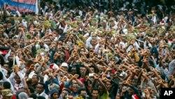 Para pengunjuk rasa menyerukan slogan-slogan menentang pemerintah dalam pawai di Bishoftu, kawasan Oromia, di Ethiopia, 2 Oktober 2016