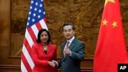 美國國家安全顧問賴斯和中國外長王毅在中國外交部握手(2014年9月9日)