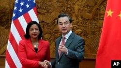 美国国家安全顾问赖斯和中国外长王毅在中国外交部握手(2014年9月9日)