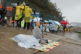 A Buddhist monk prays for the missing passengers who were on the South Korean ferry Sewol, Jindo April 18, 2014. (Sungmin Do/VOA)