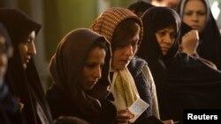 Perempuan Iran antri untuk memberikan suara dalam pemilu di Teheran (foto: dok). Iran akan membatasi peliputan media asing dalam pemilu mendatang.