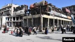 Des habitants, qui ont fui les quartiers orientaux d'Alep, arrivent dans une zone de la ville contrôlée par le gouvernement syrien, le 8 décembre 2016. (Photo fournie par l'agence SANA).
