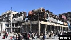 مشرقی حلب چھوڑنے والے لوگ ، حکومتی کنٹرول کے علاقے سے گذر رہے ہیں۔ 8 دسمبر 2016